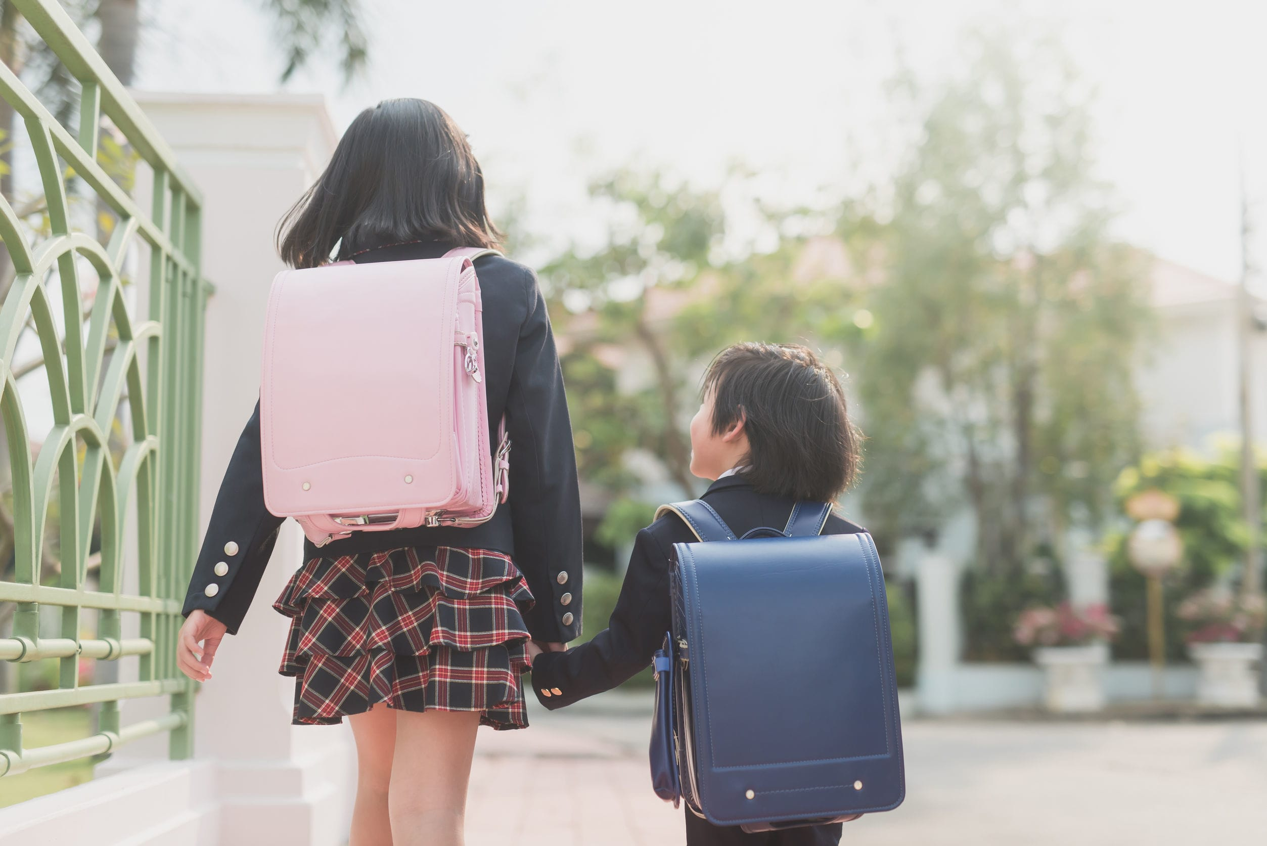 Tại sao trẻ em Nhật Bản lại sử dụng cặp chống lưng gù Randoseru chứ không phải ba lô thông thường?